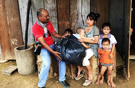 Bạn đọc ủng hộ quà giúp đỡ gia đình chị Thảo.