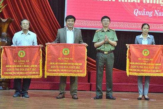 Đại diện phường Điện An (ngoài cùng bên trái) nhận cờ thi đua xuất sắc của Bộ Công an trao tặng. Ảnh: C.P