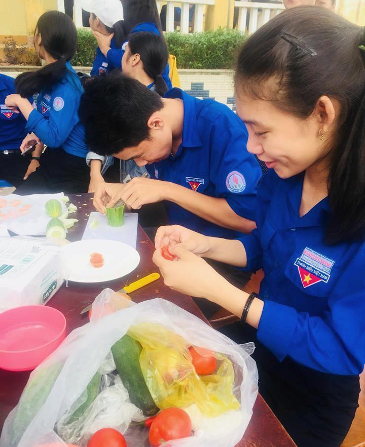 Học sinh Trường THPT Huỳnh Thúc Kháng với hội thi khéo tay. Ảnh D.H