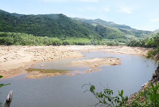 Hiện nay, mực nước của hồ chứa Suối Tiên (xã Quế Hiệp, Quế Sơn) thấp hơn cửa tràn khoảng 6m. Ảnh: VĂN SỰ