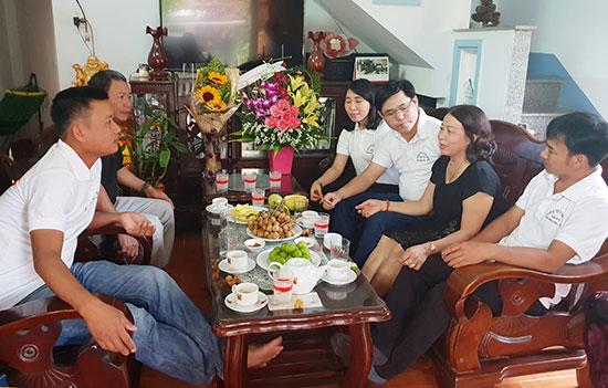 Cô giáo Nguyễn Thị Kim Hà (áo đen) trò chuyện cùng học trò cũ.  Ảnh: Q.S