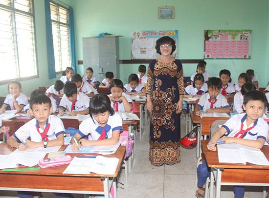 Cô giáo Phan Thị Thịnh ở lớp học. Ảnh: THANH NGUYỄN