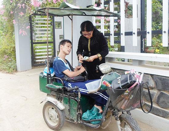 Cô Phạm Thị Ngọc Thúy trao tiền hỗ trợ cho một hoàn cảnh khó khăn tại Duy Xuyên.  Ảnh: K.L