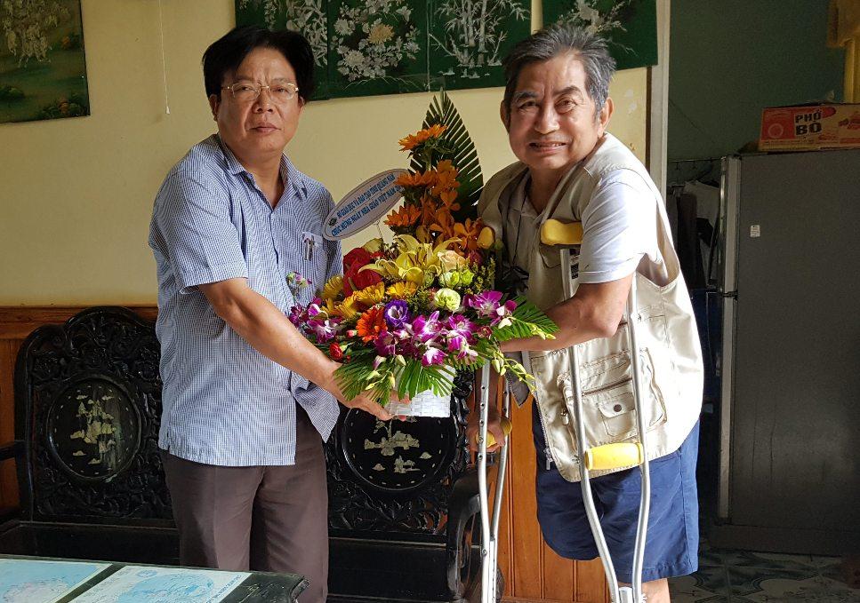 Ông Hà Thanh Quốc tặng hoa thầy Đồng. Ảnh: MXH