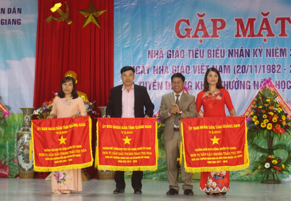 UBND tỉnh Quảng Nam tặng Cờ thi đua cho 3 tập thể đã có thành tích xuất sắc trong công tác dẫn đầu khối thi đua ở 3 cấp học Mầm non, Tiểu học, THCS.