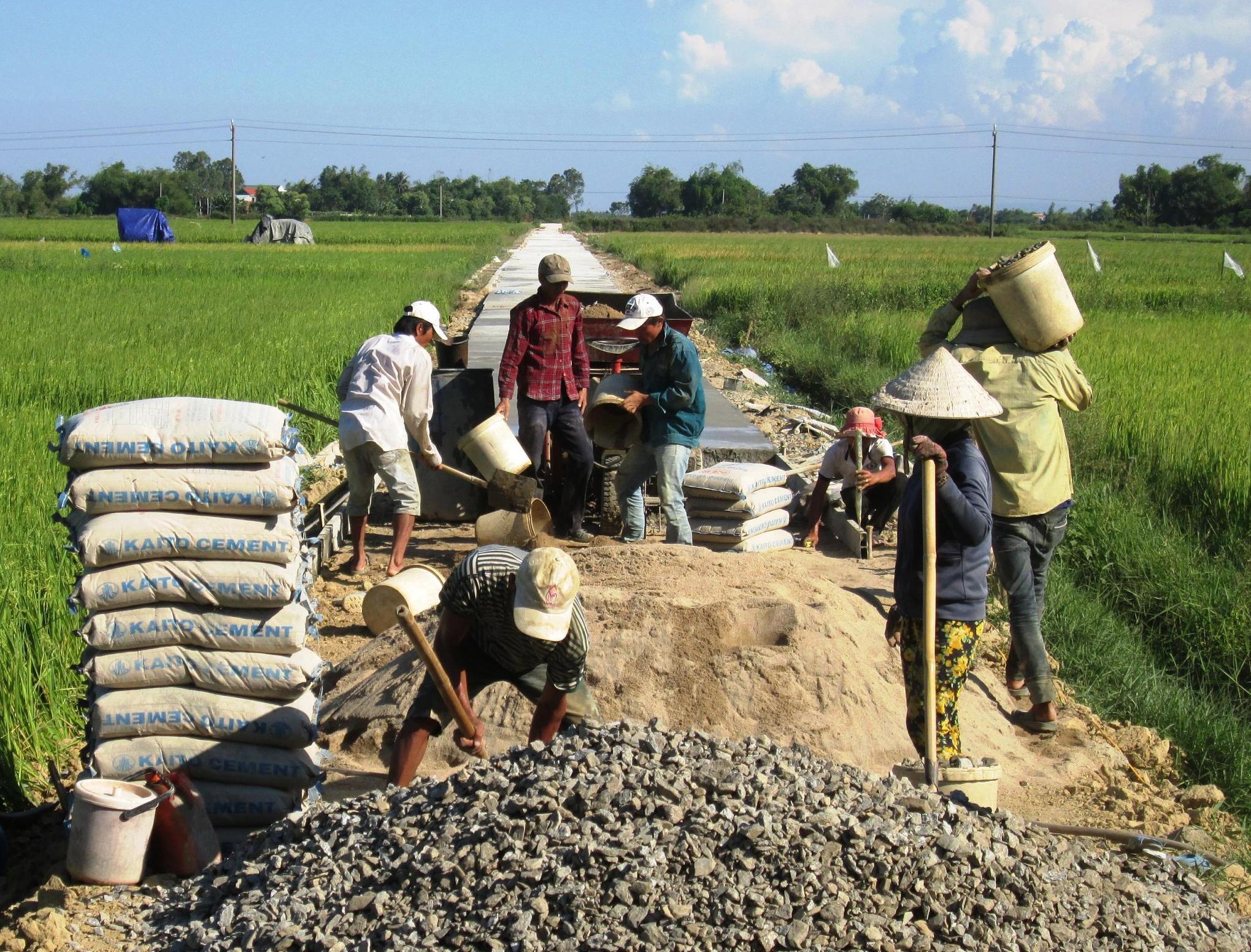 Nhiều địa phương gặp khó trong xây dựng hạ tầng nông thôn vì không được khai thác đất san lấp và cát, sỏi tại chỗ. Ảnh: VĂN SỰ