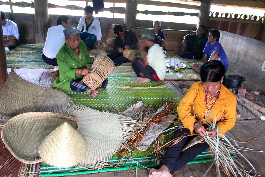 Để phát triển mạnh du lịch cộng đồng, nhiều năm qua, huyện Tây Giang cũng đã khôi phục và khuyến khích đồng bào vực dậy các làng nghề truyền thống, tạo không gian phục du khách tham quan.