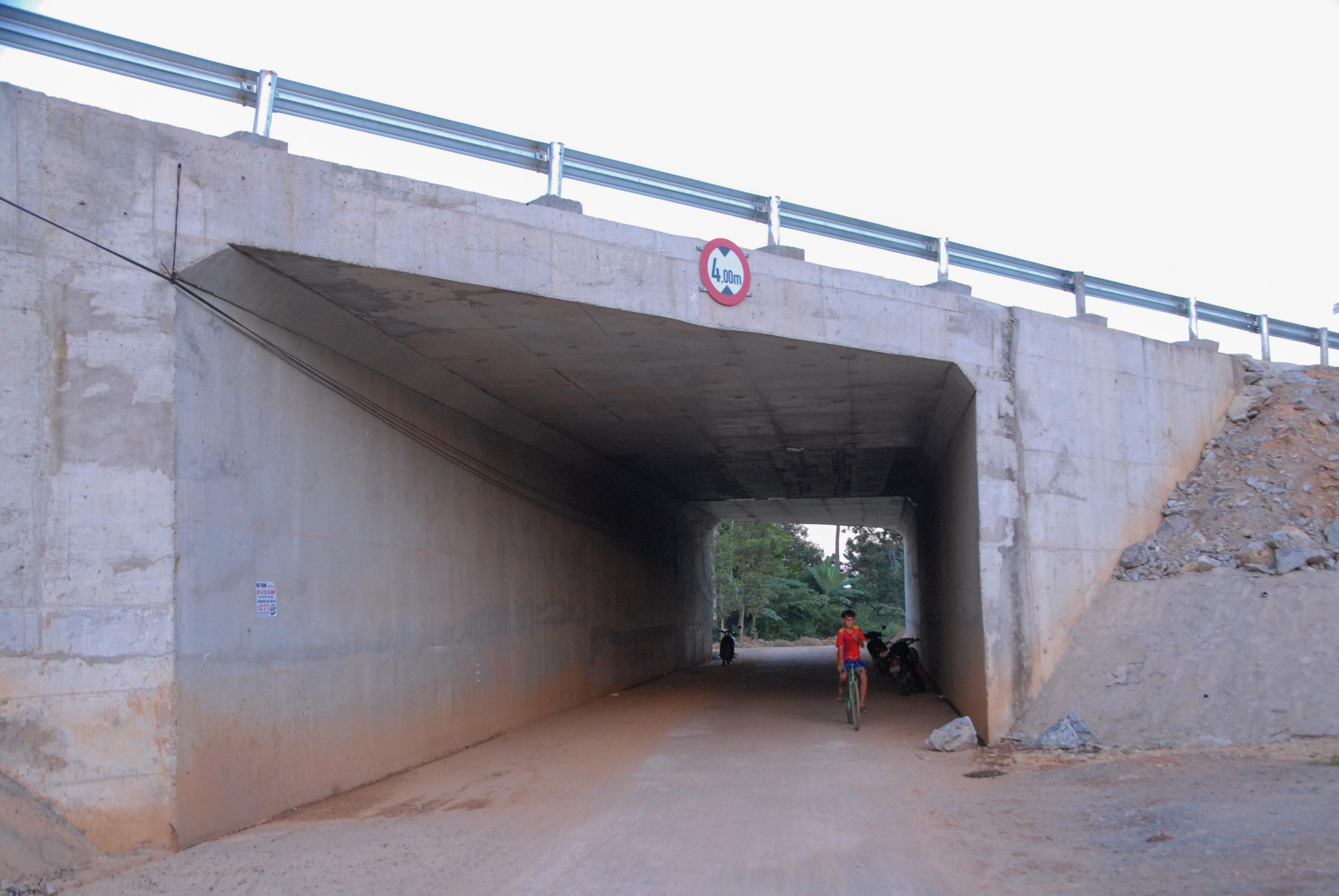 Điểm cầu chui cao tốc qua tuyến DDH5. Ảnh: H.Q