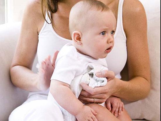 Vỗ nhẹ lưng cũng là biện pháp khắc phục chứng nghẹt mũi cho trẻ. (Ảnh: Boldsky)