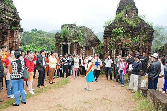 Tại Mỹ Sơn, Ban quản lý di tích phối hợp với ngành giáo dục địa phương tổ chức cho học sinh tuyên truyền giá trị di sản. Ảnh T.CHÂU