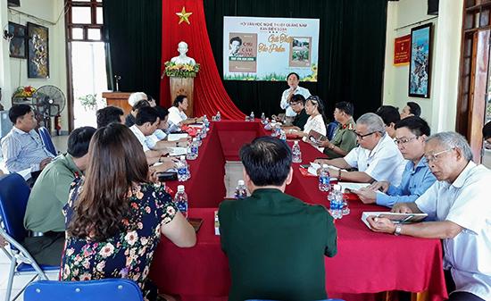 """Lễ ra mắt, phát hành tập sách """"Chu Cẩm Phong - nhà văn anh hùng"""". Đây là một tập sách thuộc đề tài chiến tranh cách mạng nhưng được xuất bản hoàn toàn bằng nguồn kinh phí xã hội hóa. Ảnh: B.A"""