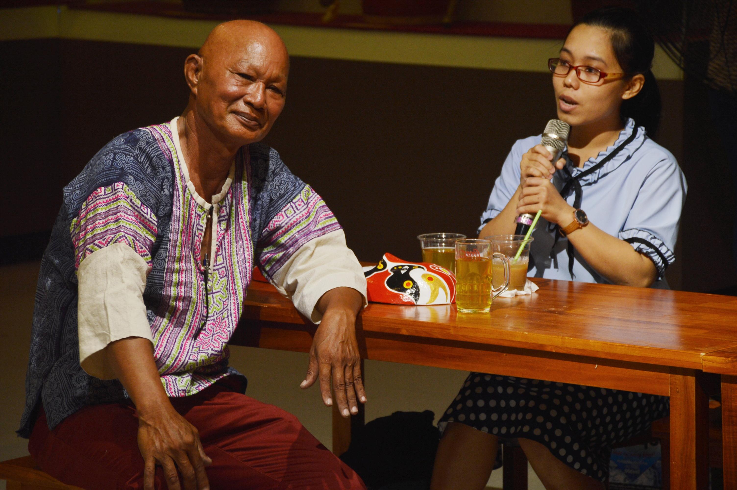 Nghệ nhân Bùi Quý Phong trao đổi với một sinh viên. Ảnh: Q.T