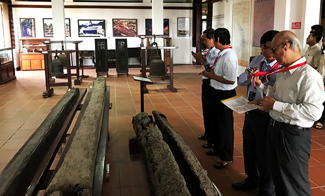Visitors using audio guide to learn about the objects.