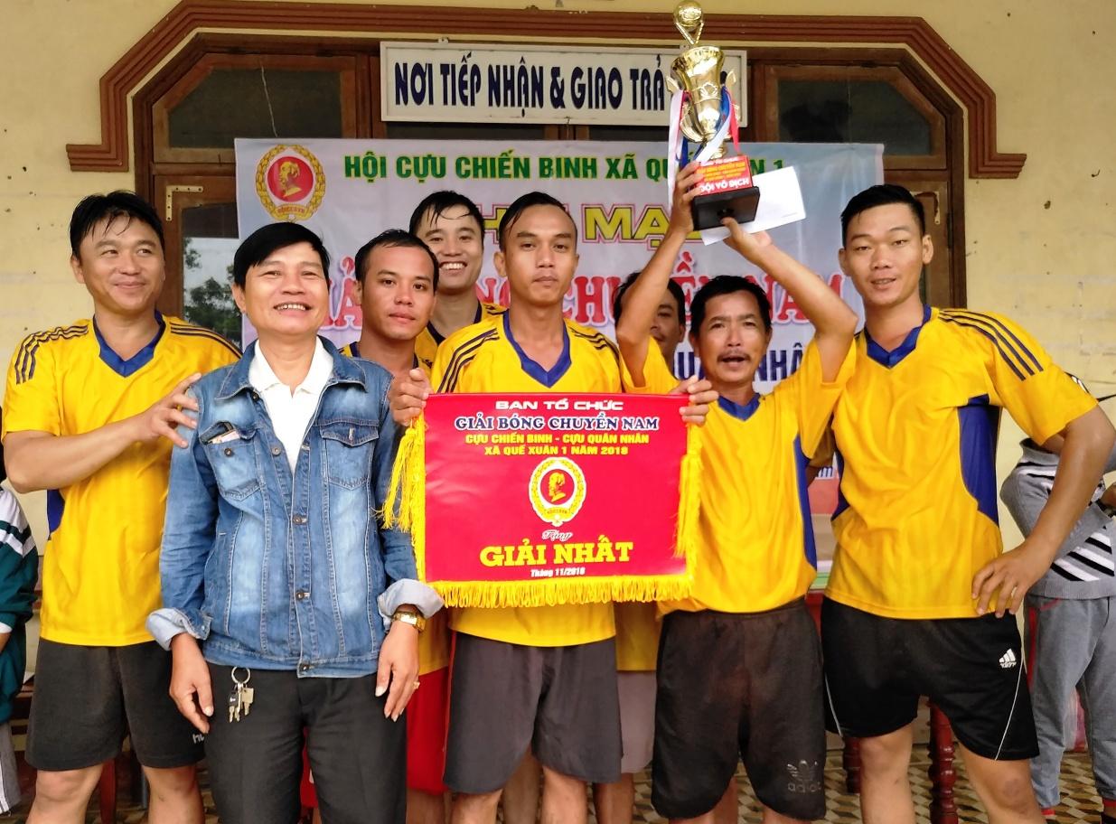 Đội bóng chuyền nam của Chi hội Cựu chiến binh thôn Trung Vĩnh đoạt chức vô địch. Ảnh: VĂN SỰ