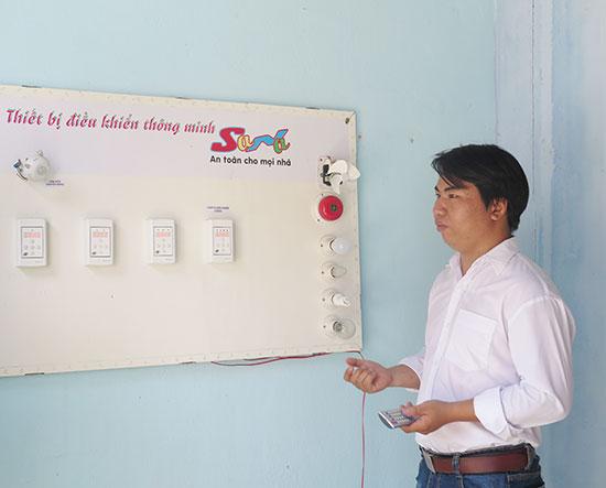 """Đinh Thanh Sang với dự án """"Thiết bị điều khiển thông minh"""" được kỳ vọng sẽ thành công trong tương lai. Ảnh: X.H"""