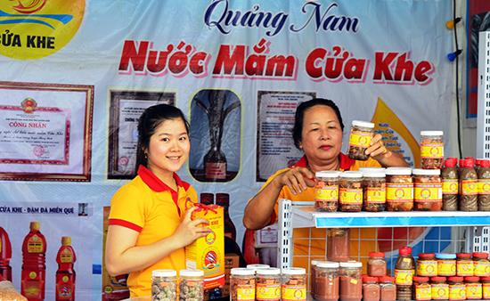 Thời gian qua, ngành liên quan và chính quyền các địa phương tích cực hỗ trợ các chủ thể tham gia chương trình OCOP quảng bá, giới thiệu sản phẩm. Ảnh: N.P