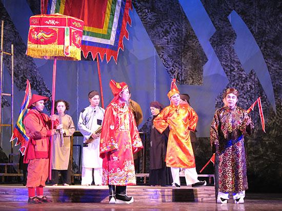 Đầu tư dàn dựng các vở diễn một cách bài bản, Đoàn Ca kịch Quảng Nam đã góp phần quảng bá nghệ thuật truyền thống tiêu biểu của Quảng Nam. Ảnh: X.HIỀN