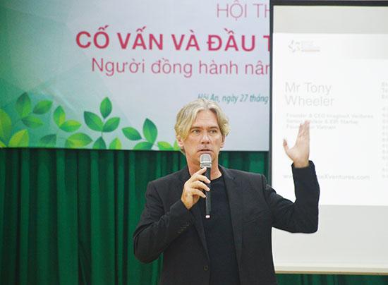 Ông Tony Wheeler - Cố vấn cao cấp của Startup Vietnam Foundation chia sẻ tại hội thảo. Ảnh: Q.T