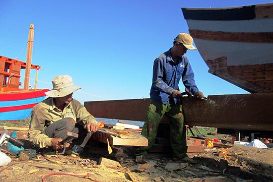 Thời gian qua, ngư dân trên địa bàn tỉnh tập trung đầu tư cải hoán tàu thuyền để nâng cao hiệu quả khai thác thủy hải sản.          Ảnh: VĂN SỰ