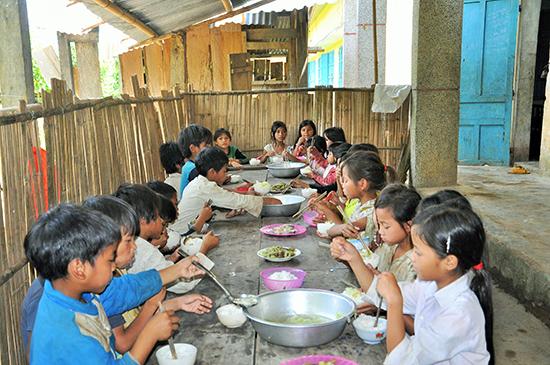 Cần có chính sách hỗ trợ của tỉnh để giúp cải thiện bữa ăn cho HS miền núi. Ảnh: X,P