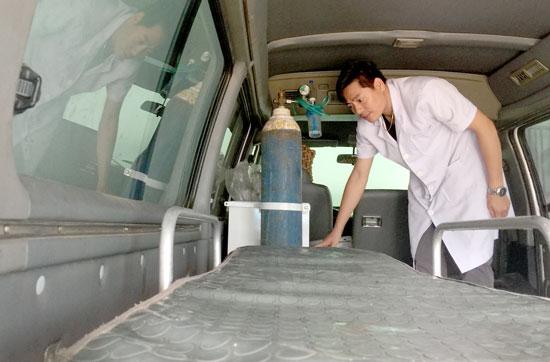Trang thiết bị chuyên dụng trong xe cấp cứu ở trạm Quế Sơn còn thiếu khác nhiều. Ảnh: QUÂN VINH