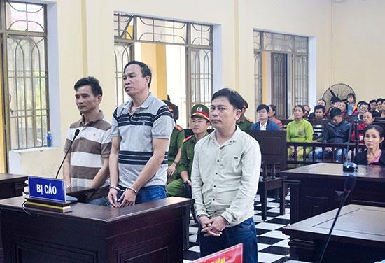 Bị cáo Hùng, Xá và Tường (từ trái qua) tại tòa. Ảnh: T.C