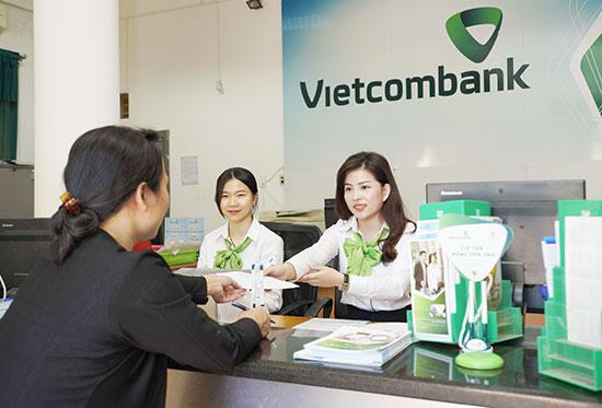 Khách hàng đến giao dịch tại Ngân hàng Vietcombank Quảng Nam. Ảnh: T.D