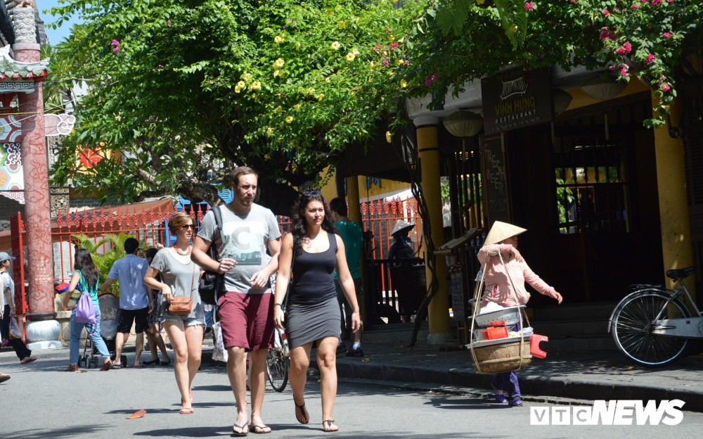 Foreign tourists in Hoi An ancient town