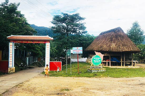 Việc đầu tư xây dựng nhà làng cần khảo sát nhu cầu của cộng đồng địa phương.  TRONG ẢNH: Nhà sinh hoạt truyền thống tại xã Đắc Ôốc (Nam Giang). Ảnh: X.H