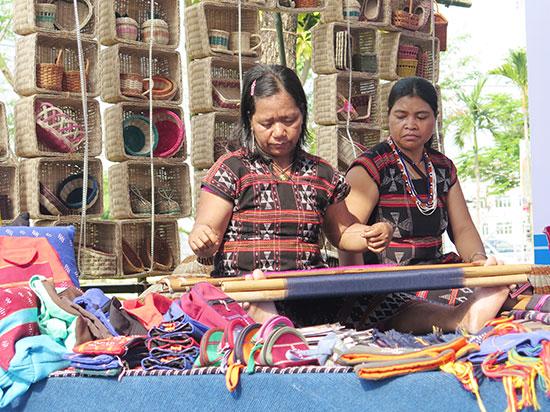 Các hoạt động trong đời sống hằng ngày - vốn tri thức bản địa, cũng đồng thời là bản sắc văn hóa của đồng bào miền núi. Ảnh: X.H