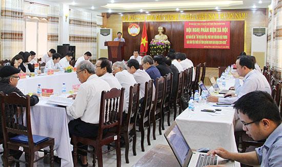 """Hội nghị phản biện xã hội dự thảo đề án  """"Hỗ trợ bảo tồn, phát huy văn hóa đặc trưng các DTST tỉnh Quảng Nam giai đoạn 2019 - 2025"""" do Ủy ban MTTQ Việt Nam tỉnh tổ chức. Ảnh: NHƯ THỦY"""