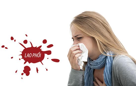 Nếu có dấu hiệu sốt kèm theo các triệu chứng khác như ho ra máu, khạc đờm... cần đi khám và xét nghiệm lao phổi càng sớm càng tốt. Ảnh minh họa