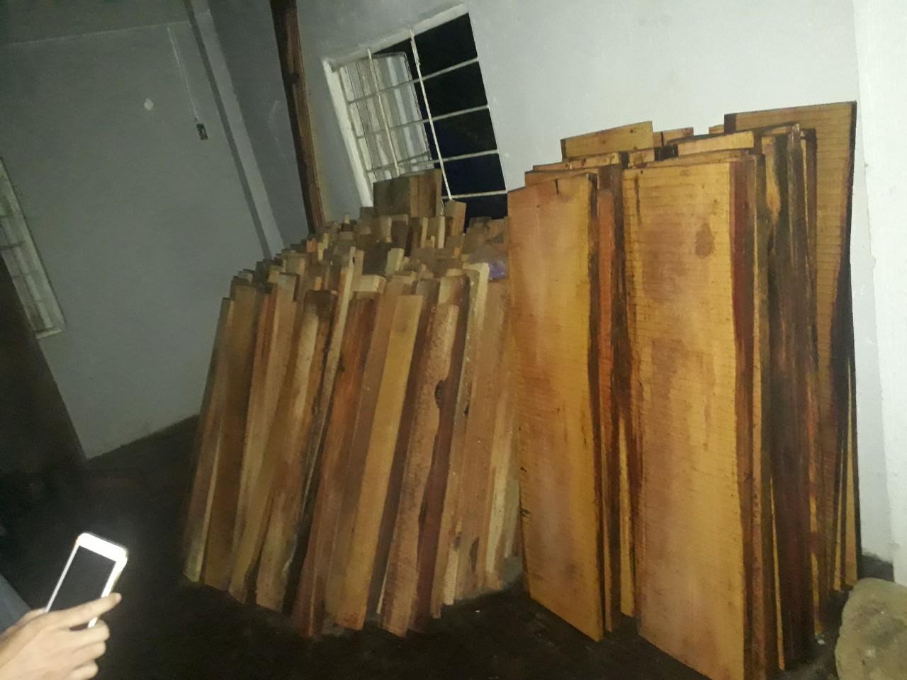 Số gỗ bị phát hiện, tạm giữ. Ảnh: T.T
