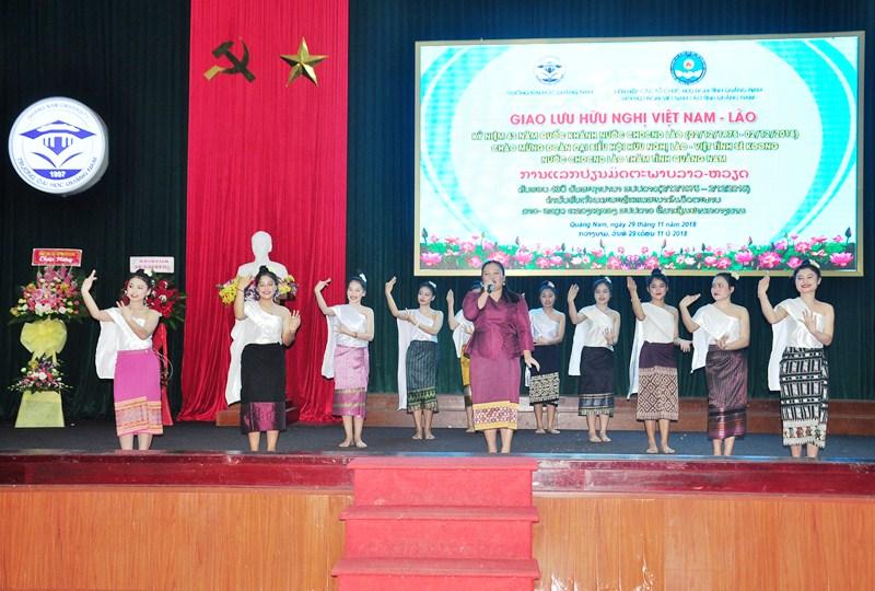 Sinh viên Lào biểu diễn văn nghệ trong chương trình giao lưu. Ảnh: V.ANH