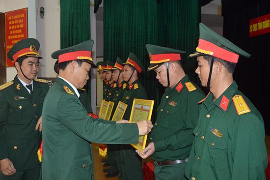 Đại tá Nguyễn Hữu Nghĩa, Phó Chỉ huy trưởng Bộ CHQS tỉnh trao thưởng cho 08 học viên đạt thành tích tốt tại khóa đào tạo SQDB năm 2018