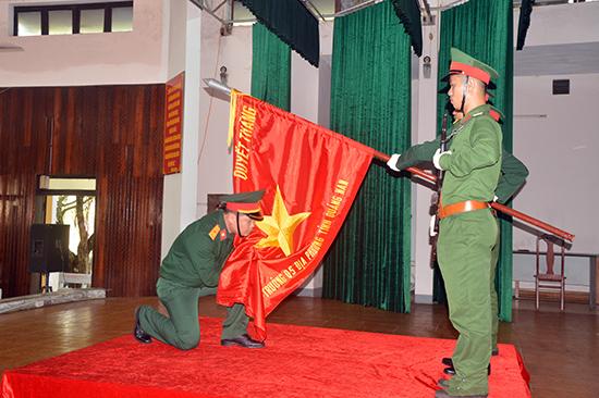Sĩ quan dự bị tuyên thệ dưới Quân kỳ Quyết thắng.