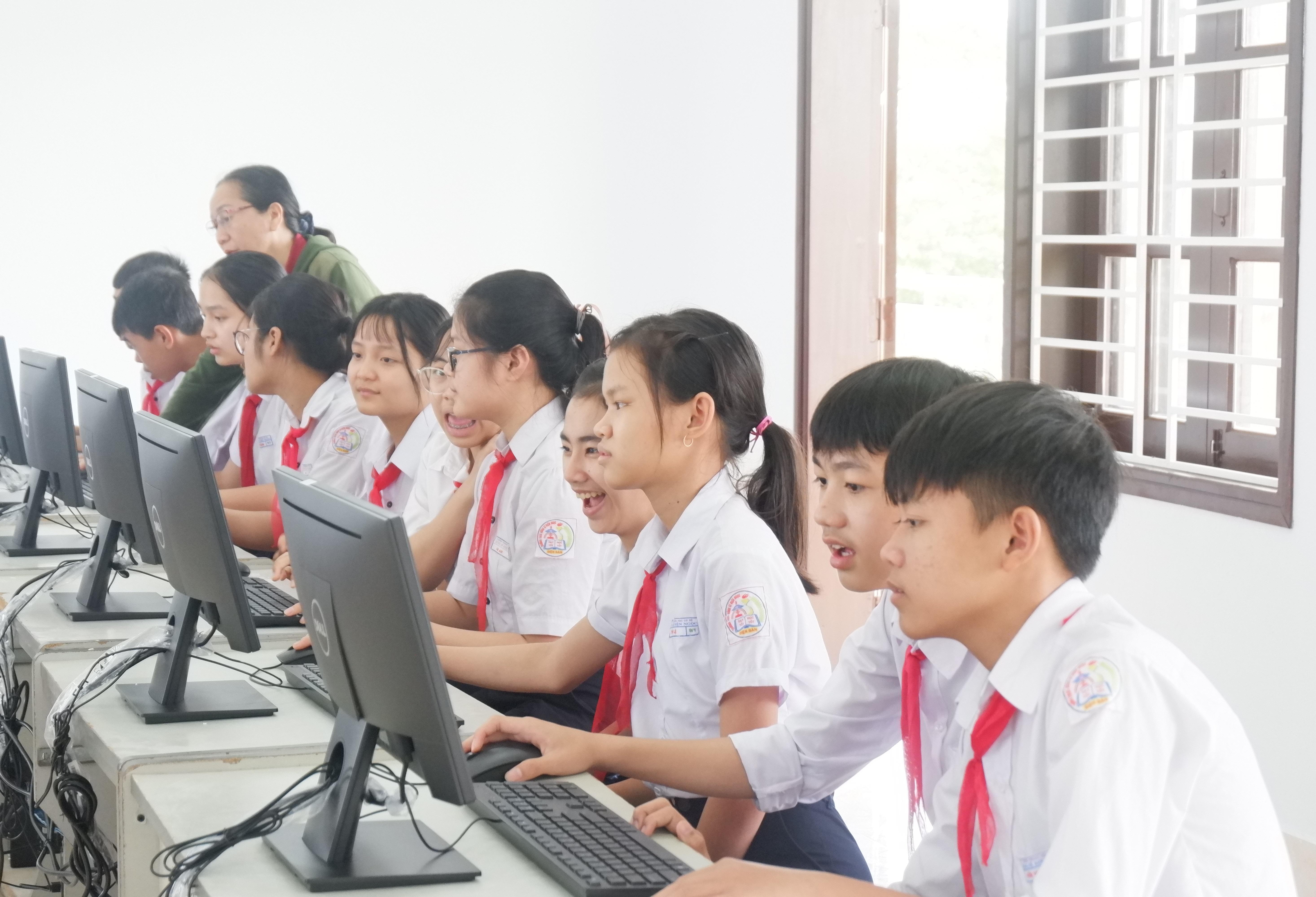 Niềm vui của học sinh trường Dũng Sĩ Điện Ngọc khi sử dụng các máy vi tính mới do Lifestart Foundation tài trợ. Ảnh: Q.T