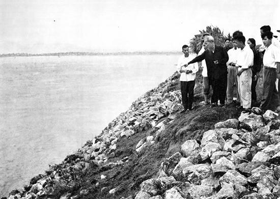 Bác Hồ thăm kè Cố Đô tỉnh Hà Tây, năm 1958.Ảnh: caobangvt.gov.vn