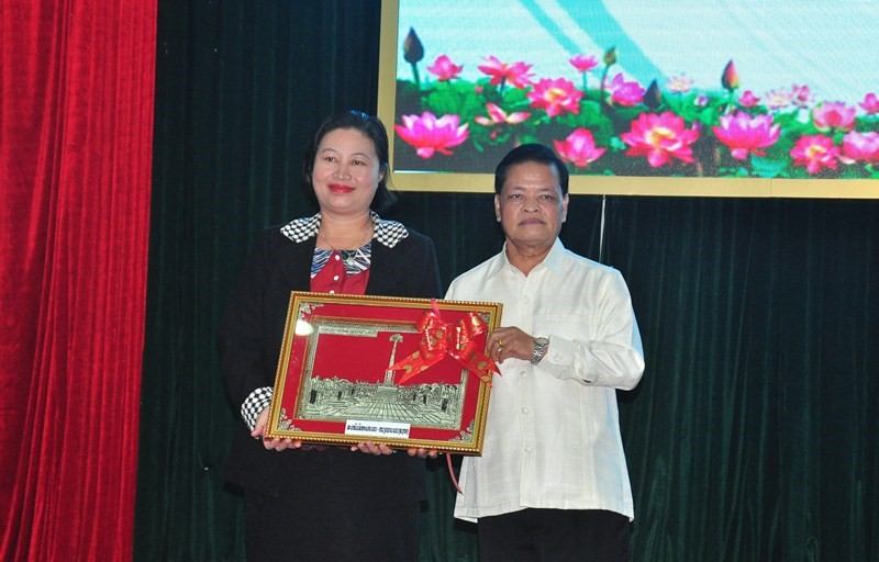 Chairman of  the Laos-Viet Friendship Association of Sekong province Bualapha (R) and Vice Rector Anh.