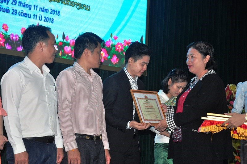 Lao best students in Quang Nam University are honoured at the event.