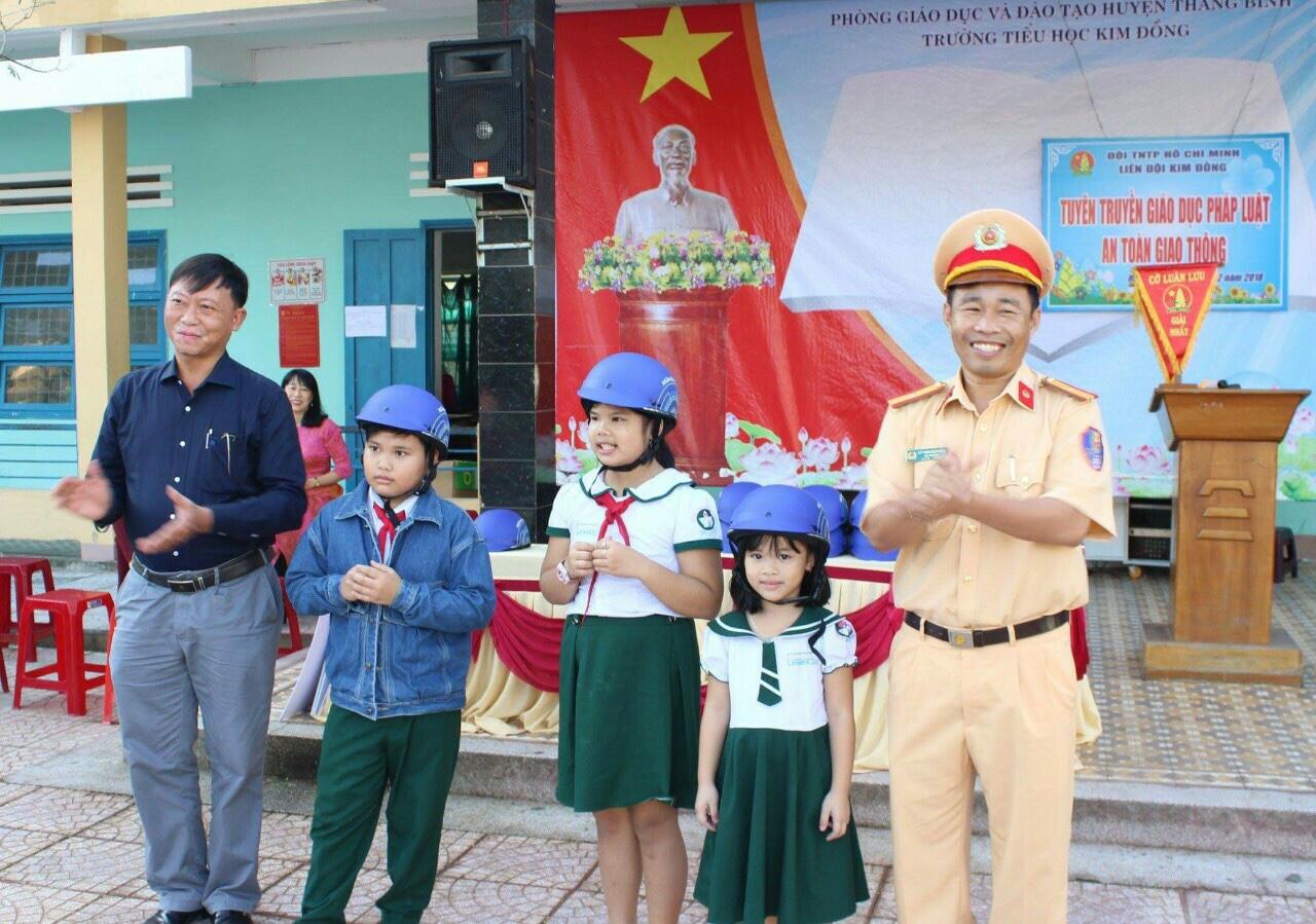 Tặng mũ bảo hiểm đạt chất lượng cho các em học sinh để đảm bảo an toàn khi đến trường