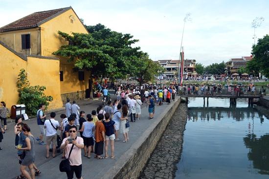 Khách đến Hội An ngày càng đông kể từ khi khu phố cổ được công nhân danh hiệu Di sản văn hóa thế giới