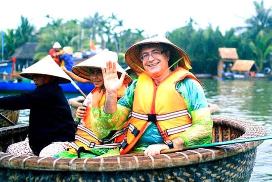 Du khách được câu cá kết hợp với khám phá rừng dừa nước Bảy Mẫu. Ảnh: QUANG VIỆT