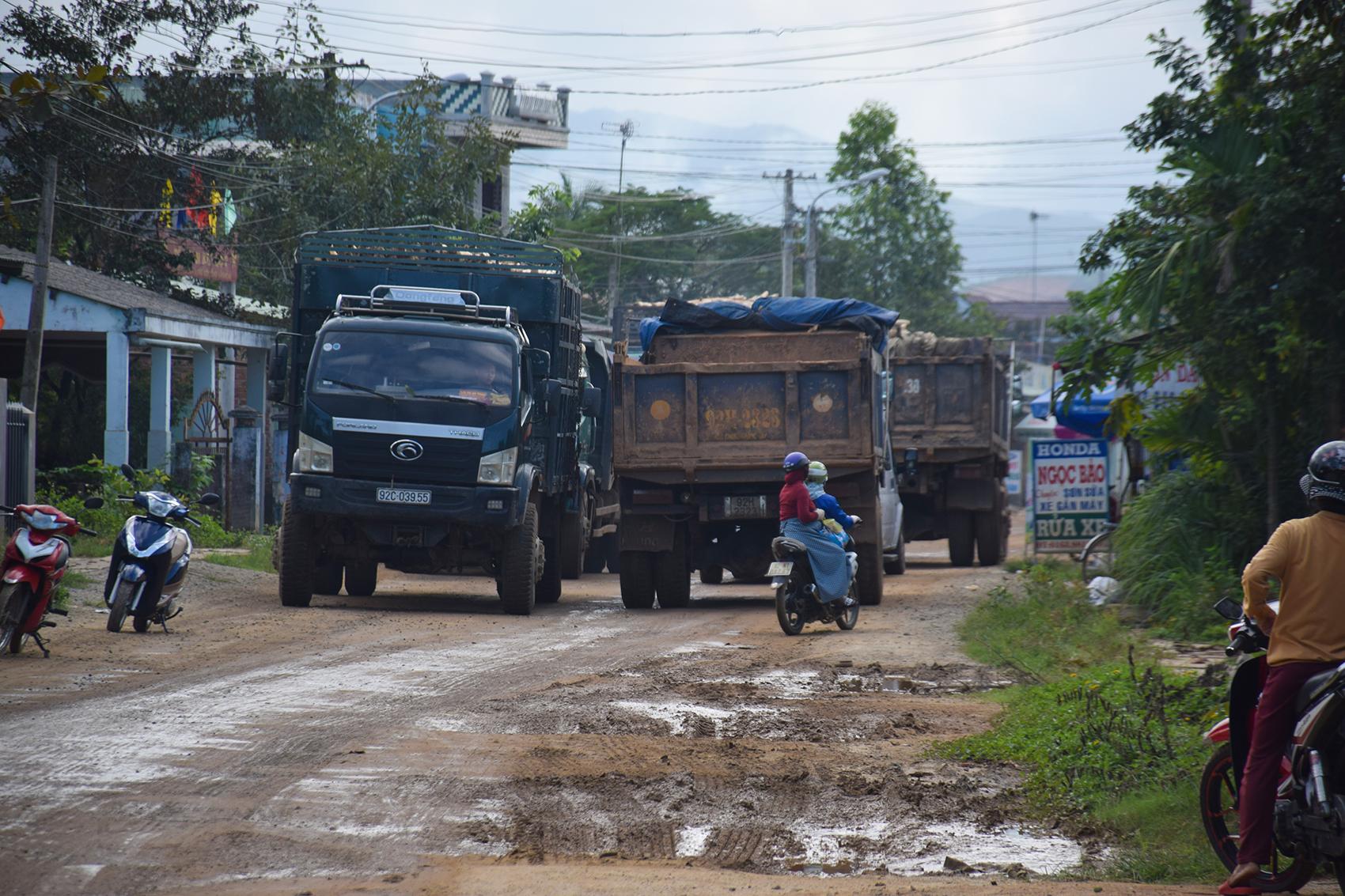 Xe qua tải chạy liên tục trên tuyến đường ĐH3 là một trong những nguyên nhân khiến mặt đường bị hư hỏng.