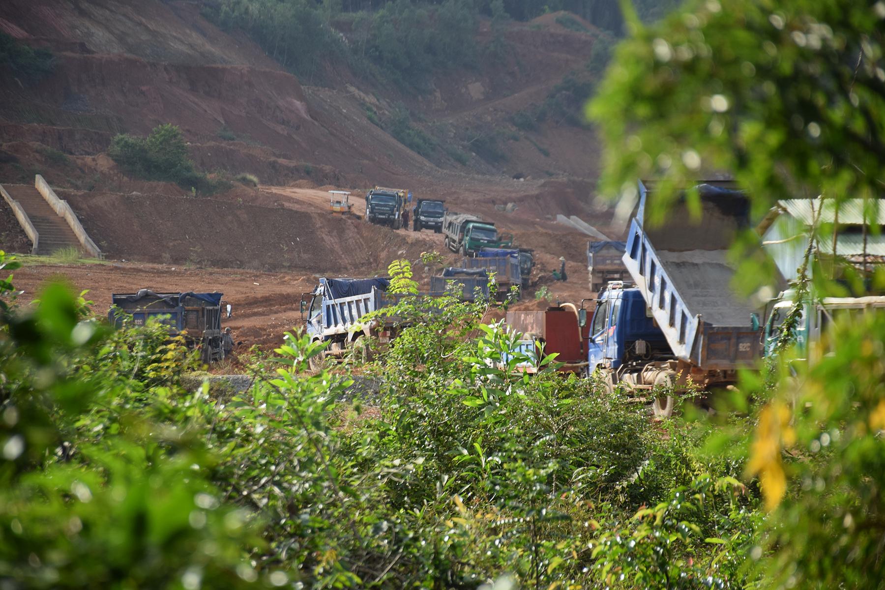 Hàng chục chiếc xe chở đất tại khu vực đang lấy đất để làm dự án nghĩa tràng Cầy Da (thôn Xuân Ngọc 2, xã Tam Anh Nam, huyện Núi Thành)