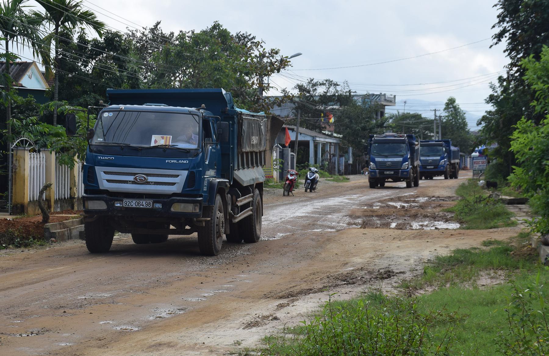 Xe chở đất nối đuôi nhau chạy khiến giao thông không đảm bảo.