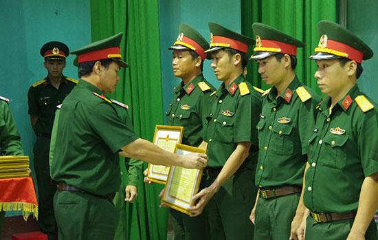 Đại tá Đỗ Thanh Xuân trao thưởng cho các đồng chí đoạt giải Hội thi cán bộ, giáo viên giỏi năm 2018. Ảnh: N.D