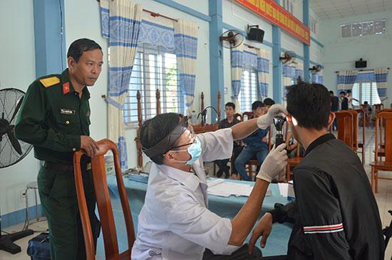 Hội đồng NVQS huyện Núi Thành tổ chức khám tuyển sức khỏe NVQS cho thanh niên chặt chẽ. Ảnh: T.ANH