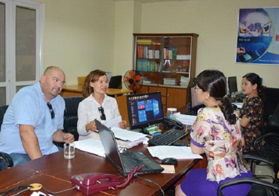 Phòng Tuyên truyền - hỗ trợ (Cục Thuế Quảng Nam) hướng dẫn chính sách thuế cho doanh nghiệp FDI. Ảnh: V.D