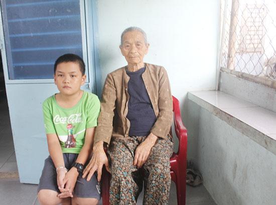 Hoàn cảnh khó khăn, bệnh tật của em Trần Thanh Tùng và bà nội Võ Thị Môn. Ảnh: T.N